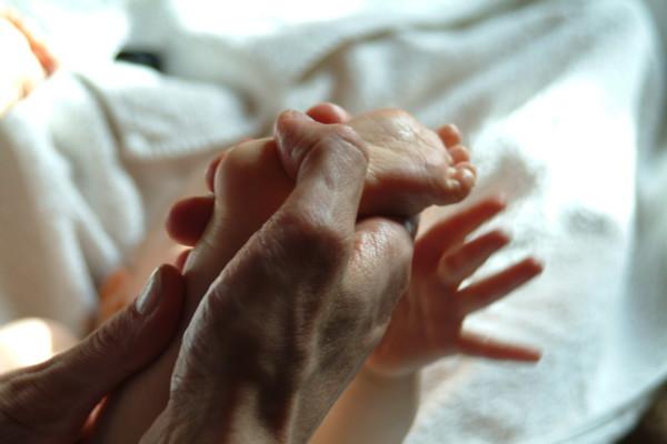Babymassage - das Kind in dieser Welt mit Liebe willkommen heissen.
