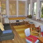 Sprechzimmer mit Sofa, Spielecke und und Untersuchungsliege